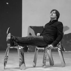 Oskar Zięta ze swoim słynnym projektem - stołkiem Plopp, wykonanym w rewolucyjnej technologii stabilizacji blachy FIDU. Tym razem jednak designer sięgnął po tradycyjne drewno. Fot. Zieta Prozessdesign.