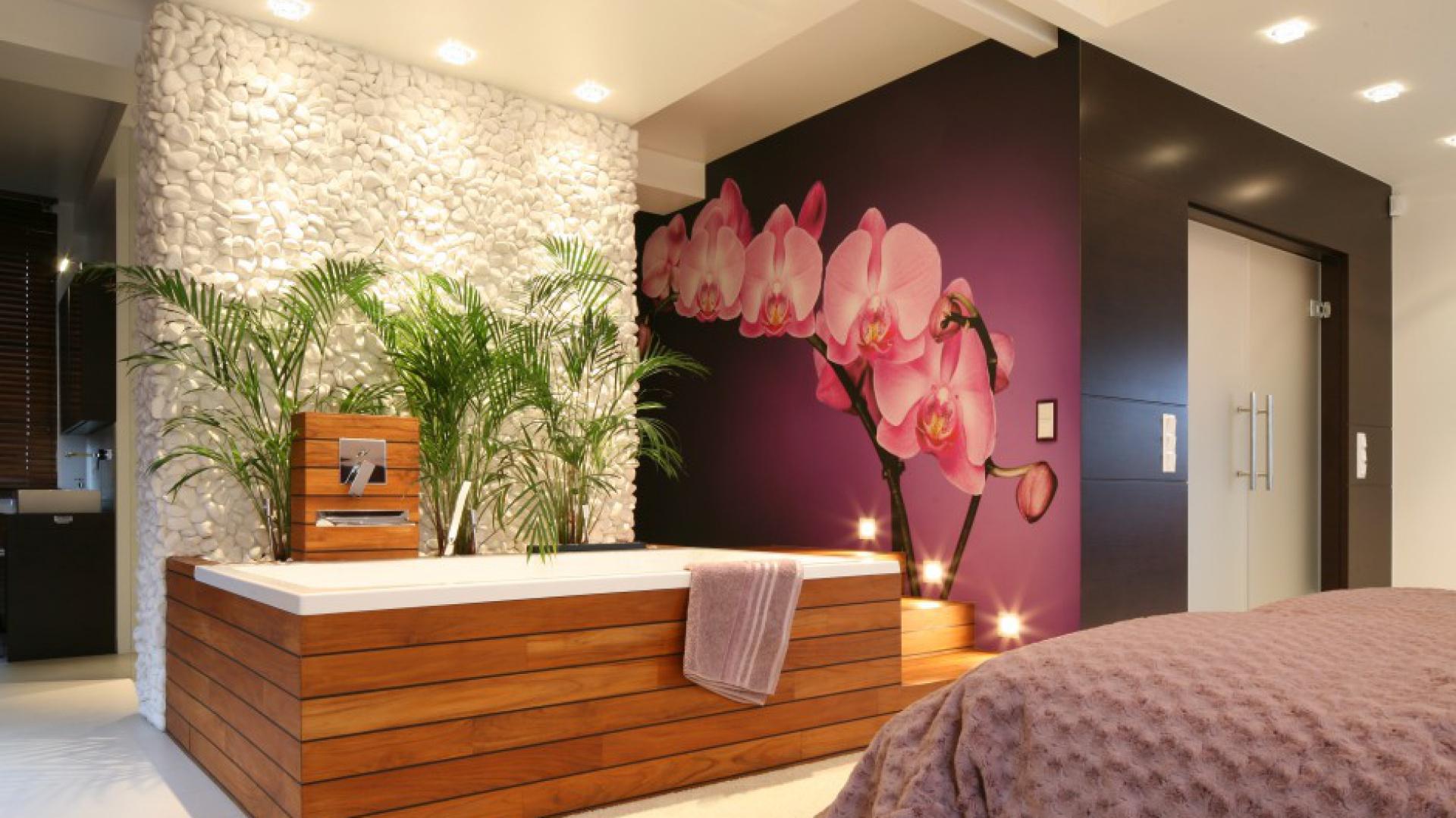 W łazience połączonej z salonem kąpielowym teakowym drewnem obudowano wannę. To materiał trwały i odporny na wodę oraz działanie wilgoci. Projekt: Katarzyna Mikulska-Sękalska. Fot. Bartosz Jarosz.