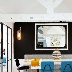 Przestrzeń jadalni ożywiają kolorowe krzesła projektu słynnego designera Pierra Paulina. Projekt: Sarah Lavoine. Fot. Francis Amiand.