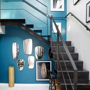 Surowe, metalowe schody projektu Sarah Lavoine wprowadzają do wnętrza industrialną, loftową atmosferę. Projekt: Sarah Lavoine. Fot. Francis Amiand.