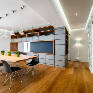Drewniana podłoga ociepla wizualnie nowoczesne wnętrze, budując w nim przytulną, domową atmosferę. Projekt i zdjęcia: Marco Marotto, Paola Oliva, Brain Factory.