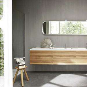 Front szafki umywalkowej wykonane z forniru zachwycają pięknym rysunkiem drewna. Na zdjęciu: kolekcja Ergo. Fot. Rexa design.