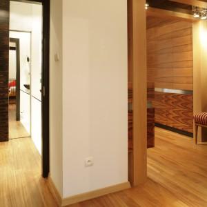 Pokój dziecka to tylko jedno z miejsc, gdzie wykorzystano drewno. Tym naturalnym materiałem wykończona również podłogę w całym domu. Projekt: Michał Swałtek. Fot. Bartosz Jarosz.