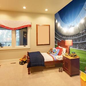 Nawet zwykły pokój chłopca można zamienić w niezwykłą przestrzeń. Wykorzystując fototapetę, np. przedstawiającą stadion, marki Minka, możemy zamienić wnętrze w arenę piłkarskich zmagań. Fot. Minka.