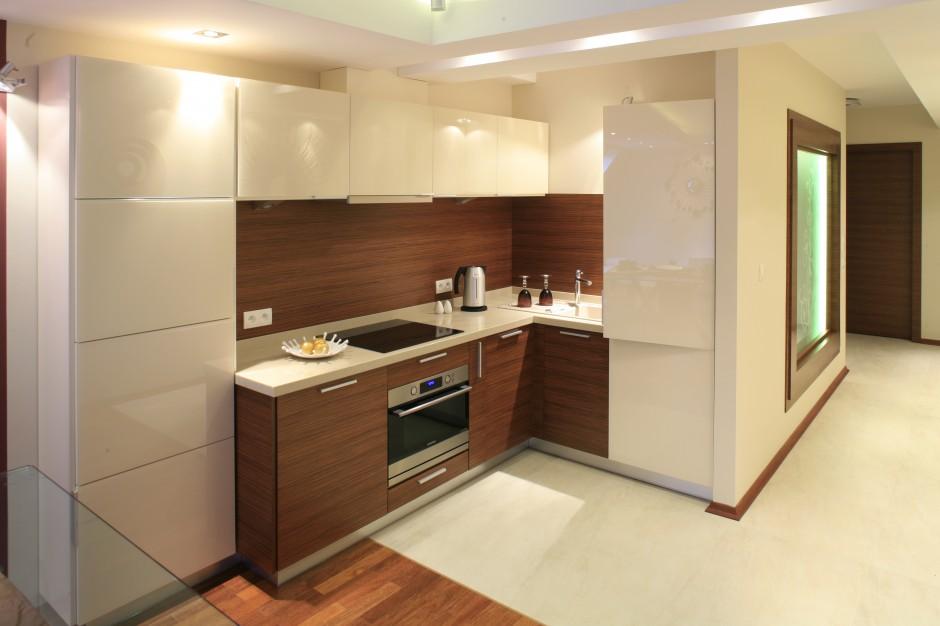 Biała, wysoka zabudowa w Mała kuchnia tak   -> Mala Kuchnia W U