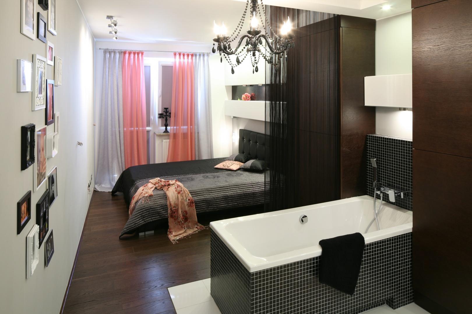 Sypialnia z łazienką tworzą otwartą, wspólną przestrzeń, której nie dzielą żadne ściany. Obie strefy urządzono zarówno w tej samej stylistyce, jak i w palecie barw. Projekt: Marta Dąbrowska. Fot. Bartosz Jarosz.