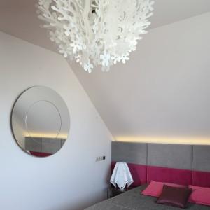W tej sypialni okrągłe lustro jest praktyczną, subtelną ozdobą. Największą dekoracją jest efektowne oświetlenie sufitowe. Projekt: Magdalena Konopka, Marcin Konopka Fot. Fot. Bartosz Jarosz.