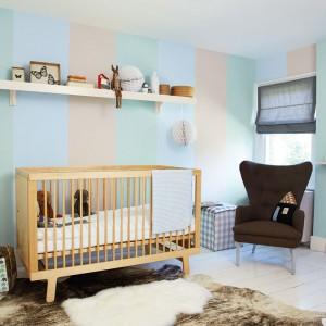 Pokój niemowlaka powinien mieć kolorowy, ale nie nazbyt krzykliwy. Znakomicie sprawdzi się więc jasny niebieski, połączony z szarością czy beżem. Fot. Dulux.