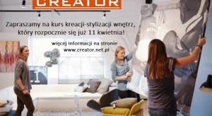 Kurs Creator Wnętrza odbywa się w Warszawie, w soboty i niedziele. Wykłady, prezentacje multimedialne, a także ćwiczenia warsztatowe prowadzone są w taki sposób, aby maksimum korzyści odnieśli zarówno ci, którzy swoją przygodę ze stylizacją