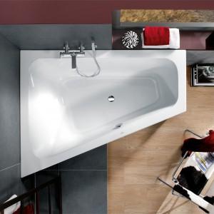 Asymetryczna wanna z kolekcji Form Loop&Friends marki Villeroy&Boch doskonale sprawdzi się w niewielkiej łazience. Wanna wykonana jest z akrylu. Dostępna w wersji lewej lub prawej oraz w opcji z hydromasażem. Fot. Villeroy&Boch.