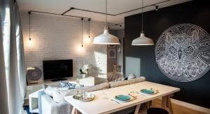 Czy małe, zaledwie 41-metrowe mieszkanie można zmienić wnowoczesne lokum w stylu loft, dysponując niewielkim budżetem? Marta i Michał Raca udowadniają, że jak najbardziej!