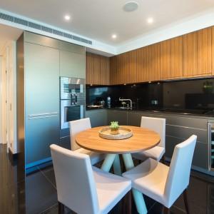 Apartamenty są nie tylko eleganckie, ale i funkcjonalnie wyposażone. Meble w kuchni to renomowana marka Bulthaup. Projekt wnętrza: Alberto Pinto. Fot. Marzocco Group.