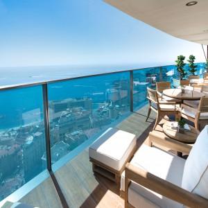 Apartamenty wyposażone są w duże balkony, z których rozpościera się malowniczy widok na panoramę Monako i Morze Śródziemne. Fot. Marzocco Group.