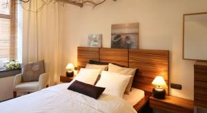 Jak wyczarować piękną, przytulną sypialnię? Postaw na ciepłe odcienie beżów i brązów.