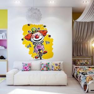 Radosny klaun na żółtym tle to naklejka marki Redro, która rozweseli pokój i uczyni go bardziej atrakcyjnym. Dla większego efektu warto zastosować kilka słonecznych akcentów, np. w formie pościeli. Fot. Redro.
