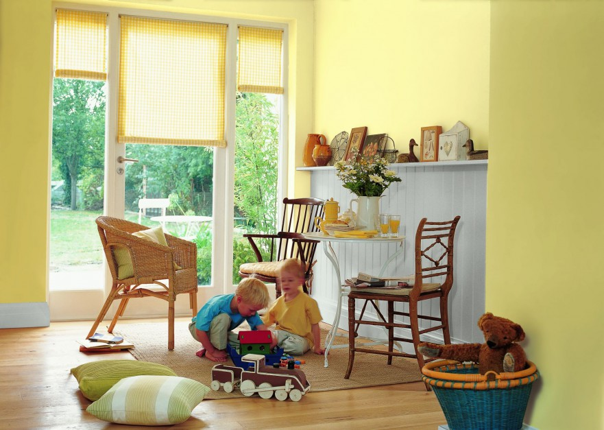Pomalowanie ścian na żółto doda wnętrzu dziecięcego uroku. W takim pomieszczeniu bardzo dobrze wyglądają meble w kolorze drewna. Fot. Dulux.