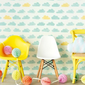 Tapeta w niebieskie i żółte chmurki marki Eiffinger może być punktem wyjścia do stworzenia aranżacji z wykorzystaniem tego słonecznego koloru. Fot. Decodore.