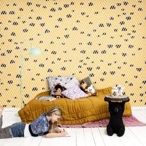 Żółta tapeta w ciemne cętki z kolekcji Isabelle Mcallister marki Mr Perswall delikatnie ożywi wnętrze i nada mu dziewczęcy wygląd. Fot. Mr Perswall.