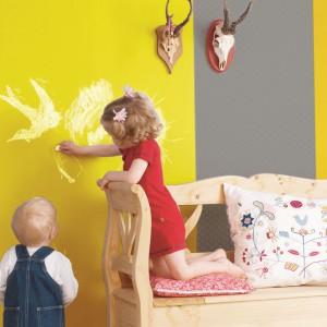 Pomalowanie ściany na żółto stworzy przestrzeń do rozwijania talentu najmłodszych. Jasny kolor nie przyćmi bowiem twórczości dzieci. Fot. Dekoral.