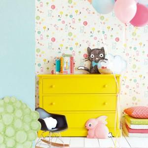 Chcąc rozweselić pokój dziecka nie musimy od razu kupować zestawu mebli w żółtym kolorze. Wystarczy wstawić jeden mebel o intensywnej barwie, by odmienić wygląd wnętrza. Fot. Decodore.