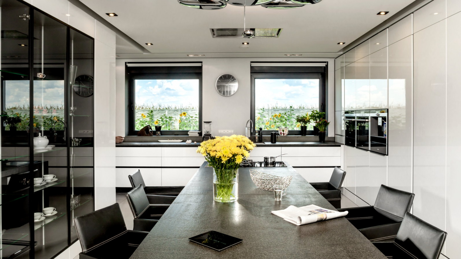 Obszerna biała zabudowa Czarno biała kuchnia 15