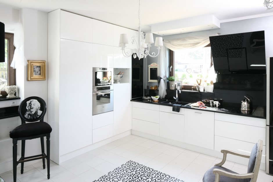 Piękna kuchnia w stylu Czarno biała kuchnia 15 eleganckich aranżacji z   -> Biala Kuchnia Drewniany Blat Jakie Plytki