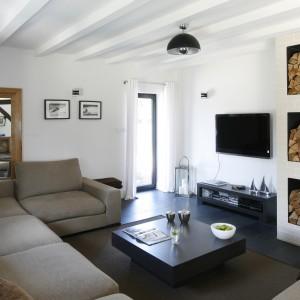 W urządzonym w duchu skandynawskim salonie ścianę z telewizorem zdobi biała cegła. Projekt: Kamila Paszkiewicz. Fot. Bartosz Jarosz.