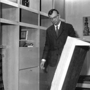 Czesław Kowalski – twórca kultowej meblościanki prezentuje element rozkładanego tapczanu. Fot. Archiwum Kowalskich.