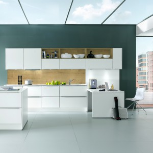 Na wskroś nowoczesna kuchnia, zdominowana przez geometryczne formy i asymetryczne podziały. W tą stylistykę wpisuje się półwysep o asymetrycznych zamkniętych i otwartych szafkach. Fot. Nobilia, kuchnia Feel.