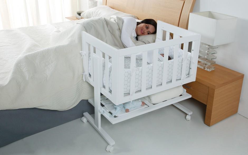 Opuszczenie jednej barierki, po wcześniejszym dostawieniu do łóżka, pomaga utrzymać bliskość malucha z rodzicem. Fot. Micuna.