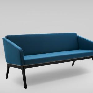 Przy projekcie sofy Fin projektant miał możliwość zaprojektowania także kolorystyki wełny. Są to tkaniny nawiązujące do modnej kolorystyki lat 50-60. znanej z mebli, ceramiki i tkanin. Fot. Marbet Style.