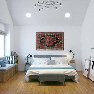 Skandynawską stylistykę przełamano nieoczekiwanym akcentem. Ścianę nad wezgłowiem łóżka zdobi dywan, nawiązujący do stylu aranżacji wnętrz z czasów ZSRR. Projekt i wizualizacje: Studio projektowe Geometrium.