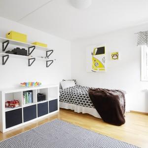 Za kuchnią znajduje się duże pomieszczenie, w którym urządzono sypialnię dziecięcą. Celowo duży metraż przeznaczono na pokój dla dziecka, tak aby młody domownik miał dużo miejsca do nieskrępowanych zabaw. Fot. Vastanhem.