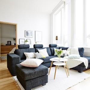 Salonik pełni funkcję komunikacji ze wszystkimi, otaczającymi go pomieszczeniami. Sam jest za to pięknie doświetlony wysokimi oknami, których oryginalny, złamany kształt, stanowi sam w sobie element dekoracyjny. Fot. Vastanhem.
