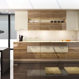 Dekor drewna w wysokim połysku pozwala połączyć tradycyjną, domową atmosferę z bardziej nowoczesnym lookiem. Poziomy rysunek słojów harmonizuje z poziomymi uchwytami. Fot. Stolkar, kuchnia Acrilico.