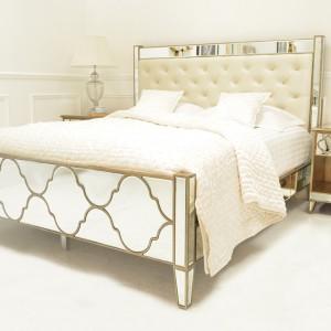 Glamourowy wygląd sypialni tworzą meble projektu Audrey Venetian. Lustrzany blask powierzchni łóżka i stolików nocny sprawia, że wszelkie dekoracje stają się zbędne. Fot. Sweetpea&Willow.