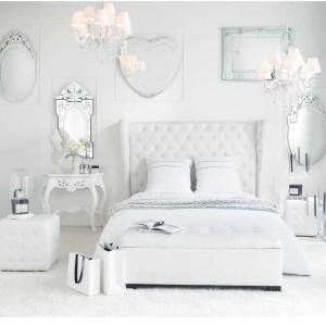 Lustrzane i srebrne dekoracje w białej sypialni dodają uroku, jednak mogą sprawiać wrażenie nadmiernego chłodu. Dlatego warto zrównoważyć je ciepłym oświetleniem. Fot. Maison du Monde.