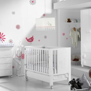 Urządzając pokój dziecka nie można zapomnieć o odpowiednim oświetleniu. Nie może być ono zbyt intensywne, aby nie raziło niemowlęcia w oczy. Fot. Micuna.