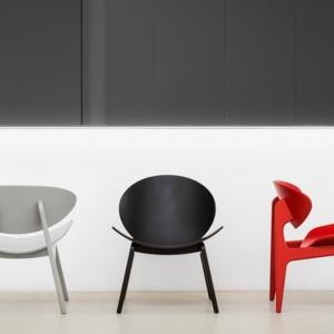Kanu to kolekcja foteli i stolików, która powstała dla marki Mabret Style. Przeznaczone do stref wypoczynku w przestrzeniach biurowych, publicznych i mieszkalnych. Kolekcja wykorzystuje wizualną plastyczność sklejki giętej. Fot. Marbet Style.