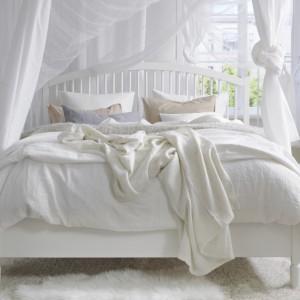 Sypialnia to miejsce, w który tkaniny są wyjątkowo pożądane. Wykorzystując białe szyfony i jedwabie możemy wyczarować w sypialni lekką aurę sprzyjająca wypoczynkowi. Fot. IKEA.