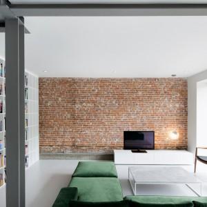 Wyeksponowane stalowe belki konstrukcyjne w połączeniu z cegłą na ścianie nadają wnętrzu delikatnie industrializujący klimat. Projekt: Anne Sophie Goneau. Fot. Adrien Williams.