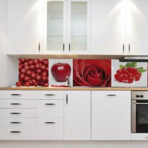 Kolarz czerwonych owoców i kwiatów wybija się na tle białych mebli kuchennych i wprowadzając mocniejszy element do aranżacji kuchni. Fot. Art of Wall.