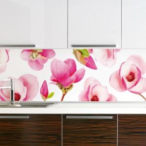 Fronty w bieli i z drewnianym dekorem to stonowana kombinacja w uniwersalnych kolorach. Ożywią ją idealnie kwieciste motywy, np. różowa magnolia. Fot. Glamstore.
