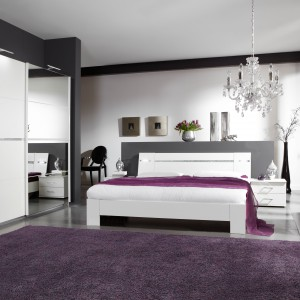 Sypialnia Heaven marki Abra Meble w kolorze alpejskiej bieli, kojącej zmęczone zmysły. Ledowe oświetlenie w łóżku oraz lekko błyszczące kryształki na szafie i oparciu łóżka zastępują klasyczne dekoracje. Cena: ok. 2.000 zł. Fot. Abra Meble.