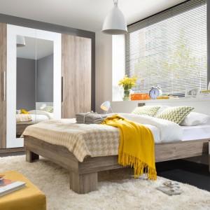 Nowoczesny design, naturalne kolory i funkcjonalność to cechy charakteryzujące sypialnię Martina marki BRW. Zestaw tworzą: łóżko, 2 stoliki nocne oraz szafa z dużym lustrem. Cena: 1.699 zł. Fot. Black Red White.