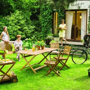 Meble ogrodowe Aland dostępne w ofercie sklepu Castorama. W kolekcji poza stołem i krzesłami znajdziemy ławkę, barek oraz leżankę. Fot. Castorama.