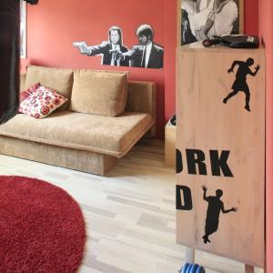 Czerwona ściana oklejona podobiznami gwiazd powstała z inspiracji słynnym czerwonym dywanem, kojarzonym z wielkimi, aktorskimi imprezami. Fot. Bartosz Jarosz.