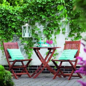 Drewniane krzesło Acacia dostępne w ofercie sklepu Praktiker. Na krzesłach możemy umieścić kolorowe, praktyczne poduszki. Fot. Prakitker.