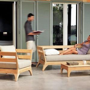 Meble z kolekcji Village to wygodny zestaw wypoczynkowy. W zestawie znajdziemy fotele, sofy i stoliki kawowe, które możemy ustawić na tarasie. Fot. Ethimo.