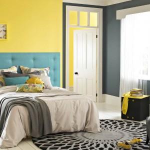 Chcąc odmienić wygląd sypialni wystarczy pomalować jedną ze ścian farba w wyrazistym kolorze. Efekt wzmocni kilka barwnych dodatków, np. poduszki czy lampa. Fot. Dulux.